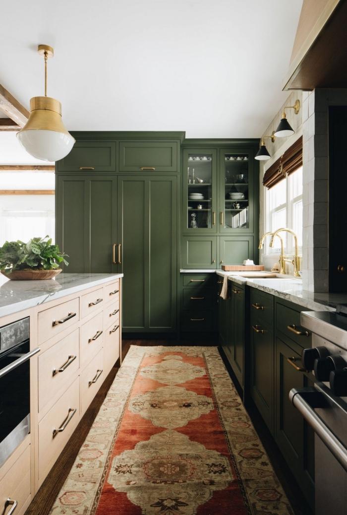 modèle de cuisine tendance aux murs et plafond blanc avec parquet bois foncé aménagée avec meubles en vert