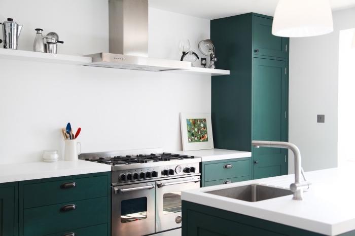 exemple de couleur complémentaire du vert dans une cuisine moderne, cuisine blanche avec meubles en vert foncé