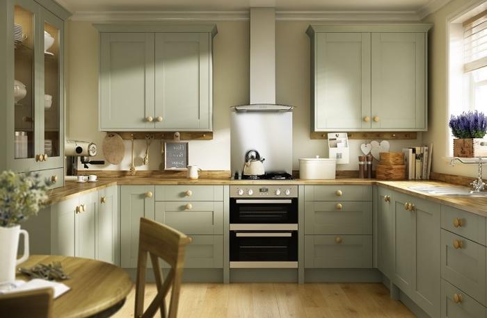 idée comment aménager une cuisine en U, décoration de cuisine avec meubles en vert et plan de travail en bois