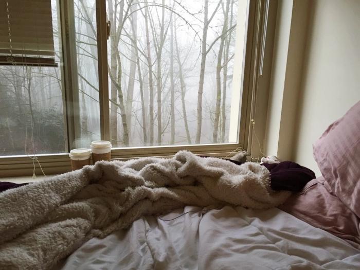 idée de déco de lit cozy avec plaid moelleux et housse de coussins en rose poudré, déco de petite chambre aux murs beige