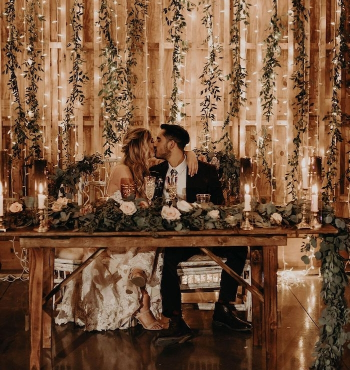 guirlandes lumineuses et guirlandes de branches feuillages vertes pour décorer les murs de vieilles grandes, table rustique, deco mariage champetre chic