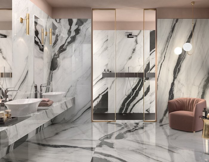 Rose pale salle de bain marbre blanc et gris, comment décorer sa maison couleur blanche, fauteuil rose pale