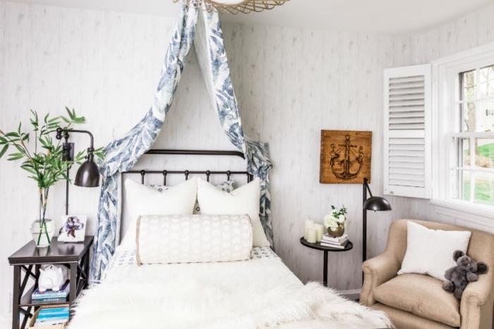 modèle de petite pièce aux murs clairs aménagées avec meubles en bois et fer forgé, idée de deco chambre fille