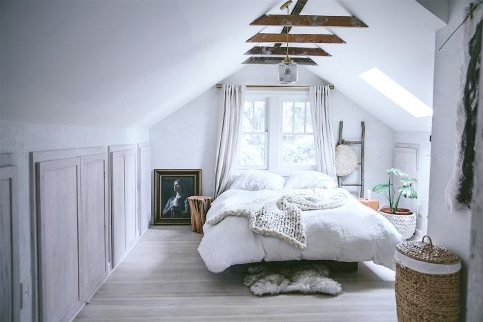 comment aménager une pièce sous pente aux murs clairs et sol en bois, modèle de chambre gris et blanc avec accents bois