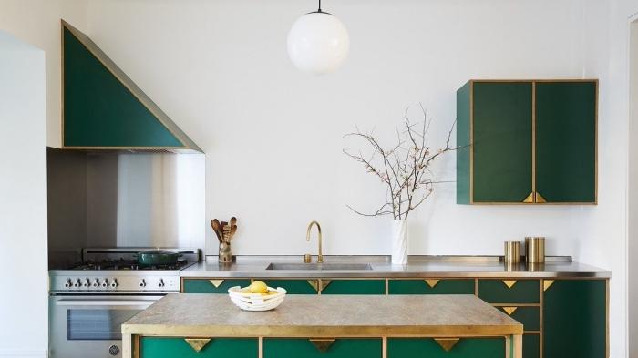 couleur complémentaire du vert dans une petite cuisine, modèle de cuisine en longueur aux murs blancs avec accents inox