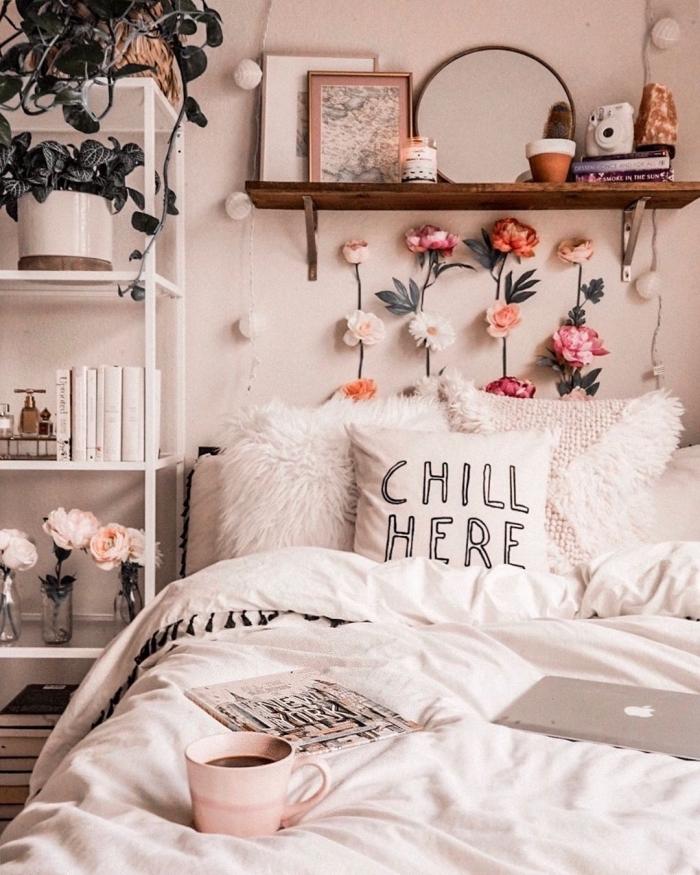 idée de tete de lit fait maison avec brins floraux artificiels, chambre cozy ado avec étagère à rangement vertical