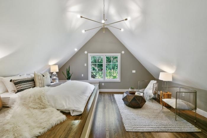 design chambre cocooning sous pente aux murs gris clair avec un grand lit au sol, idée design chambre hygge