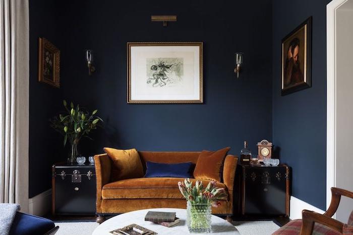 salon bleu nuit original avec canapé marron, mur de fond bleu foncé, couleur tendance 2020 peinture, deco vintage chic
