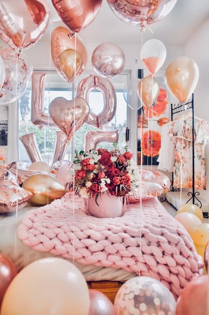 Ballon à la forme de coeur saint valentin, belle décoration de saint valentin en rose pale et doré, idee deco soiree romantique