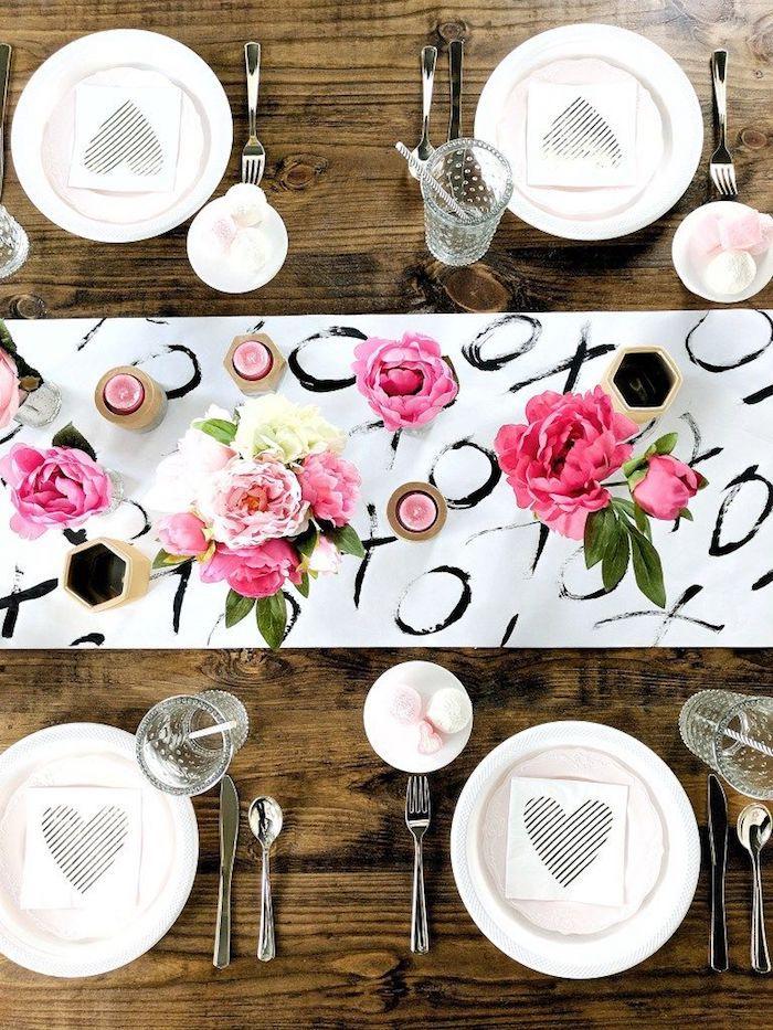 Centre de table original avec fleurs et bougies, chemin de table xo blanc et noir, table en bois, coeur st valentin, comment décorer pour la fête de saint valentin