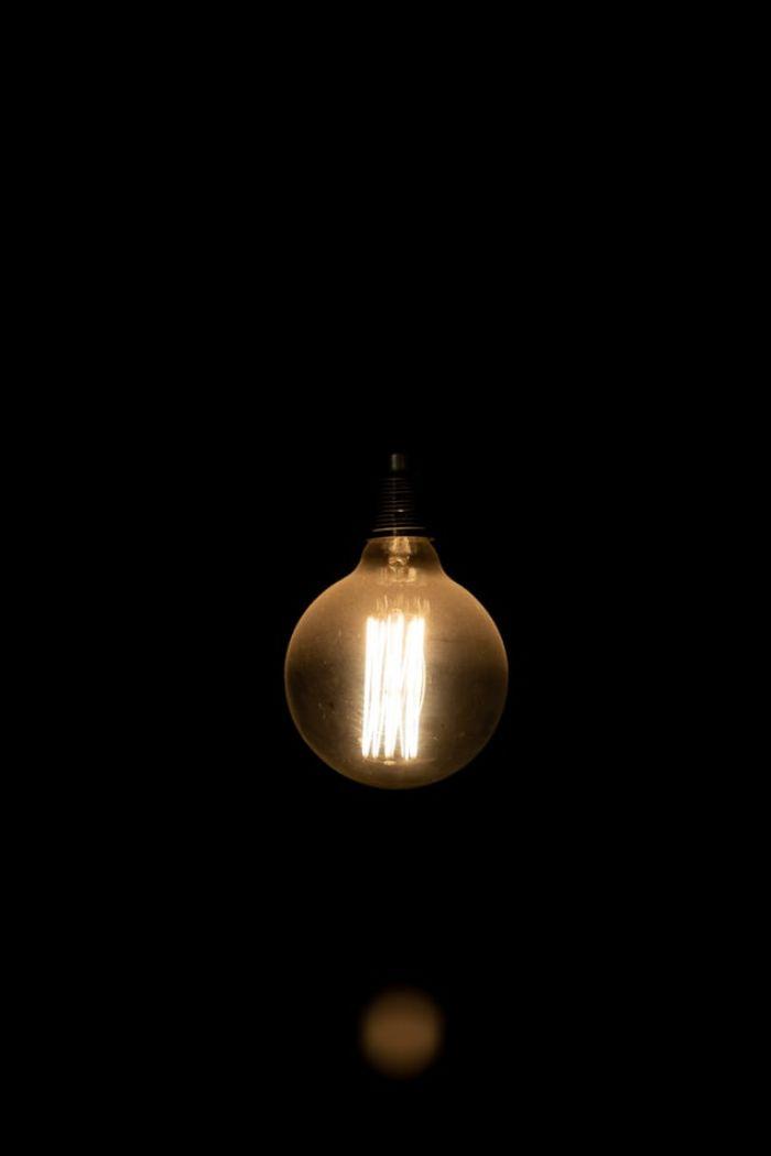 ampoule éléctrique sur un fond noir