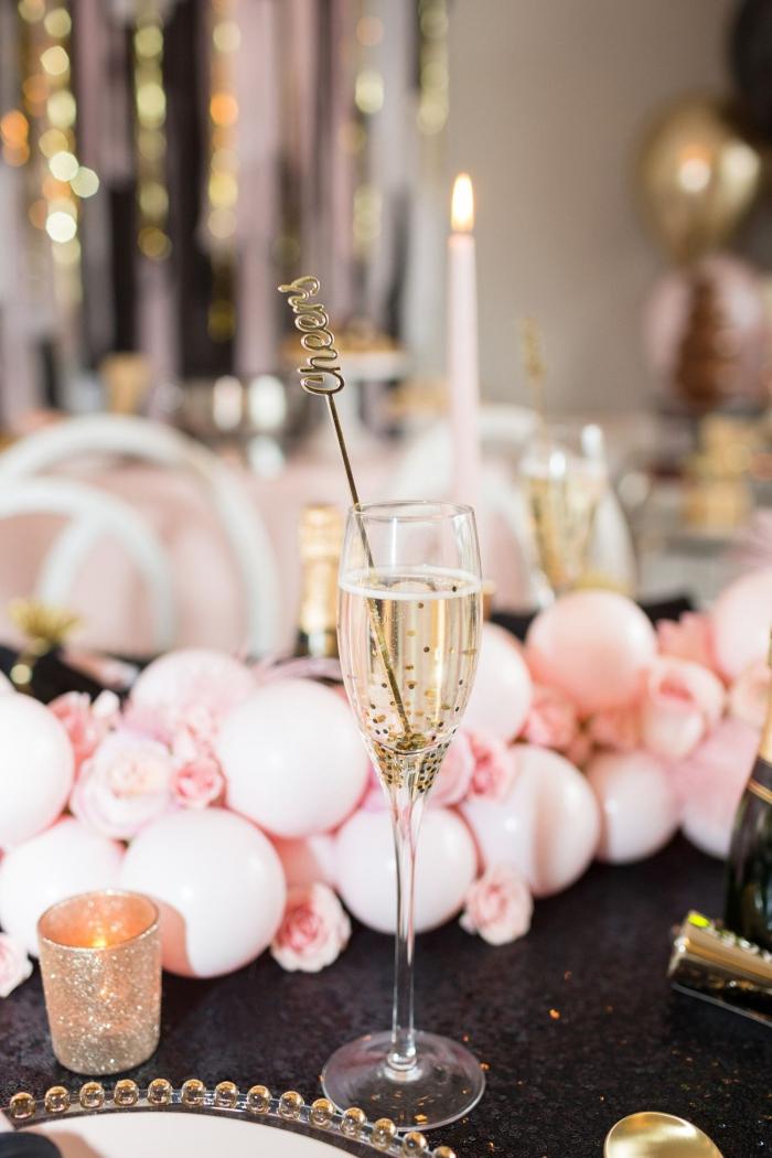 idée de décoration table anniversaire adulte chic et glamour avec vaisselle et couverts dorés et centre de table en ballons rose pastel