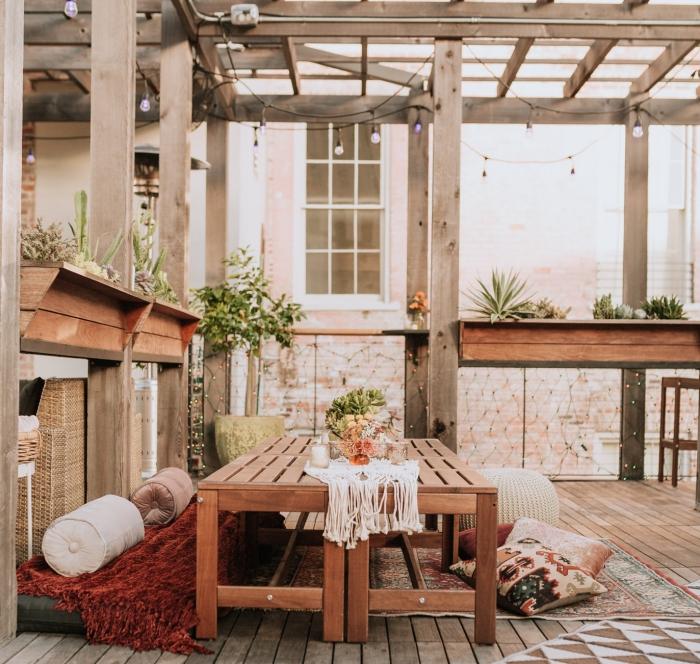 modèle de centre de table anniversaire avec bouquet de fleurs fraîches, idée déco naturelle et bohème sur une terrasse bois