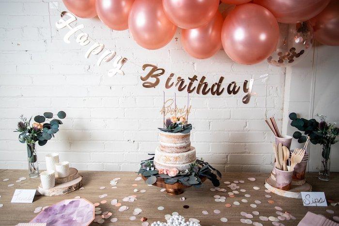 theme anniversaire 30 ans rustique chic, arche de ballons, gateau avec deco naturelle et branches feuilles, confettis de papier