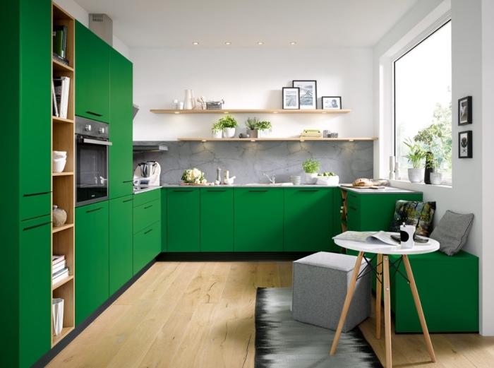 couleur peinture cuisine blanche combinée avec armoires en vert et accents en bois et nuances de gris clair et foncé