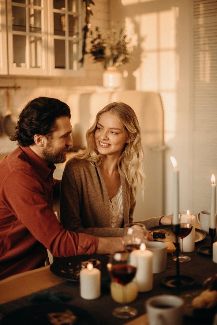 activité a faire en couple, comment bien organiser un dîner romantique à la maison avec une déco de table à bougies