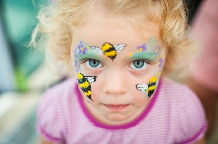 maquillage fille original avec peintures pour visage à design guêpe et fleurs, idée maquillage enfant pour carnaval de printemps