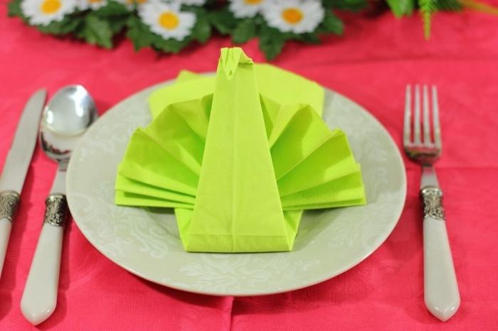 exemple de pliage de serviette en papier en forme de paon, comment réaliser un paon avec deux serviettes en papier