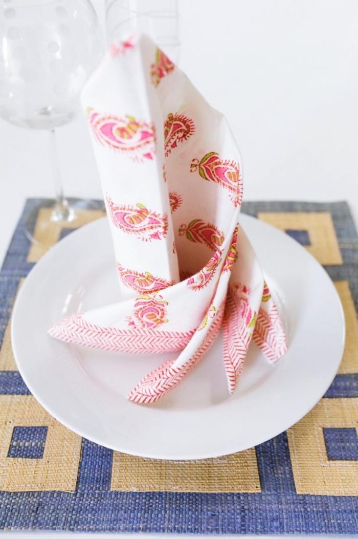 comment décorer une table festive avec serviette pliée d'une façon originale, technique pliage facile en spirale