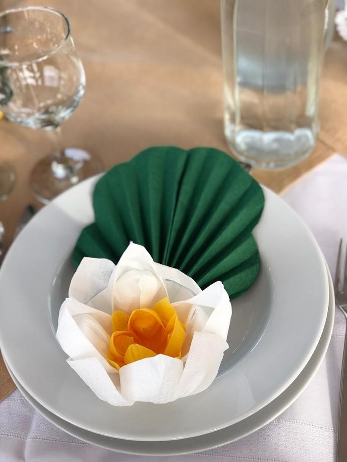 modèle de pliage de serviette en papier facile fleur, déco de table avec serviette en forme de lotus avec feuille en accordéon