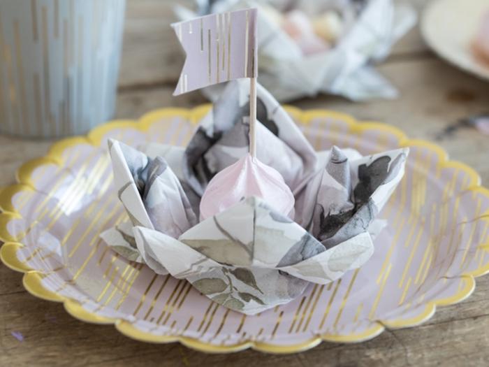 comment plier une serviette en forme de lotus pour un anniversaire d'enfant, exemple lotus en serviette avec meringue au centre