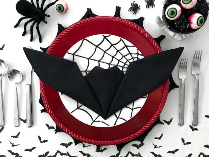 comment décorer une table de Halloween avec objets DIY, exemple de pliage serviette simple en forme de chauve souris