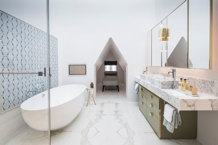 Baignoire ovale salle de bain en marbre, design d'intérieur stylé pour une grande pièce, grand miroir placard double meuble lavabo
