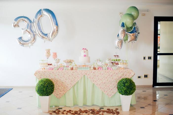 comment organiser un anniversaire inoubliable 30 ans, décoration party à la maison en couleurs pastel et ballons hélium
