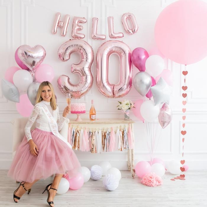 modèle de gateau anniversaire adulte fait maison à design ombré rose avec bouquet de roses en crème, party d'anniversaire en rose et blanc