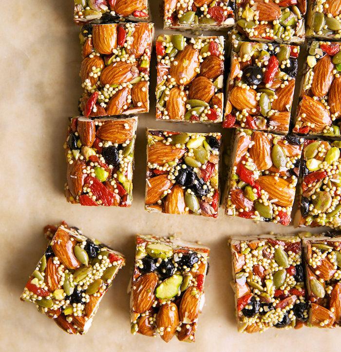 comment faire une barre maison aux amandes, graines, raisins secs et quinoa, gouter équilibré recette simple