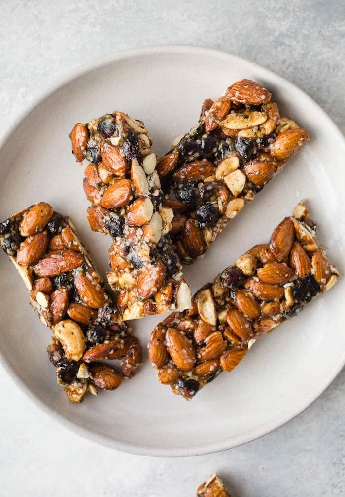 recette healthy de barre maison aux amandes, fruits secs et miel, recettes saines pour votre gouter