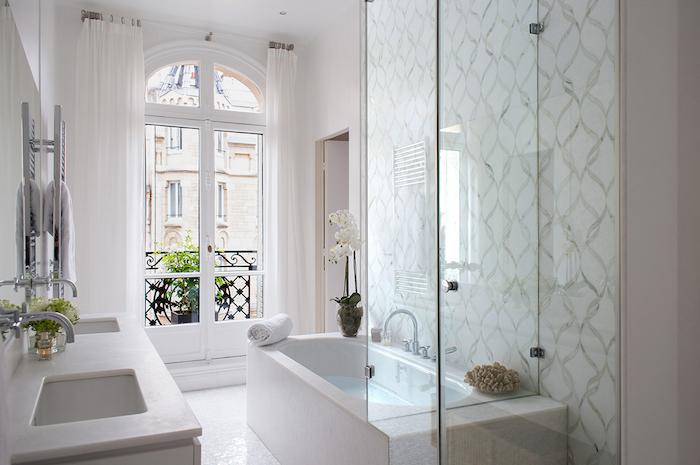 Grande porte fenetre avec vue de la rue, baignoire et espace pour douche, rénovation salle de bain grand espace, choisir le marbre blanc