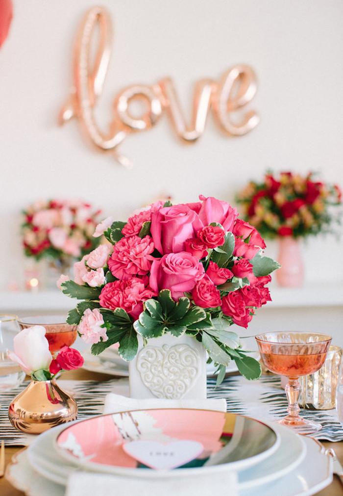 Amour ballon rose doré, vase avec fleurs de printemps, deco table st valentin, décoration saint valentin, assiettes colorés et marque table à la forme de coeur