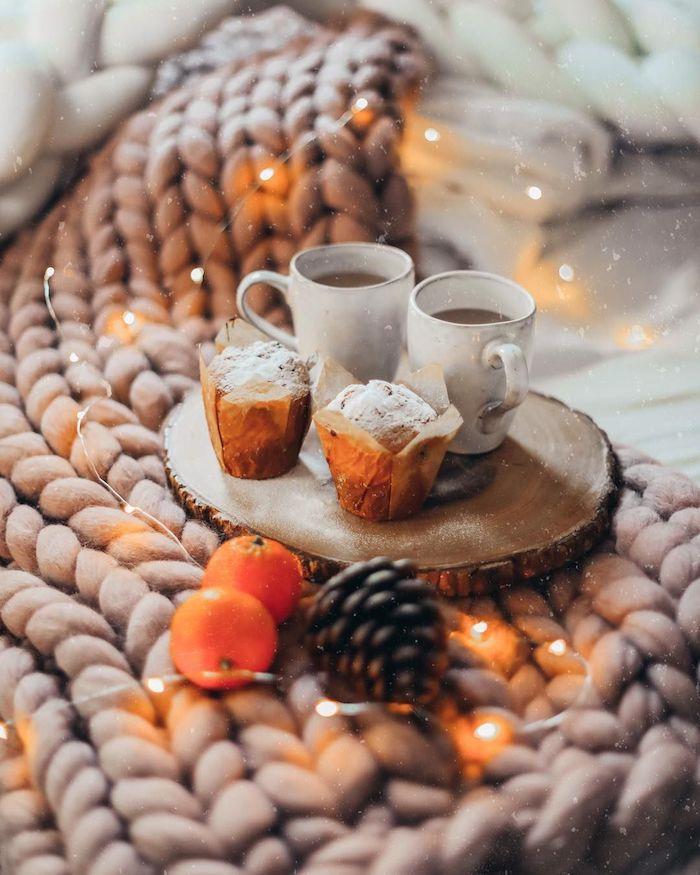 Guirlande lumineuse et petit déjeuner au lit, clémentine pour aromat, déco st valentin, coeur saint valentin, une belle table d amoureux
