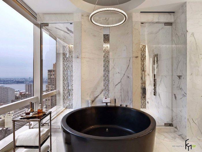 Ronde baignoire noire, idée salle de bain moderne luxueuse dans un appartement haut etage, comment faire un bon aménagement interieur