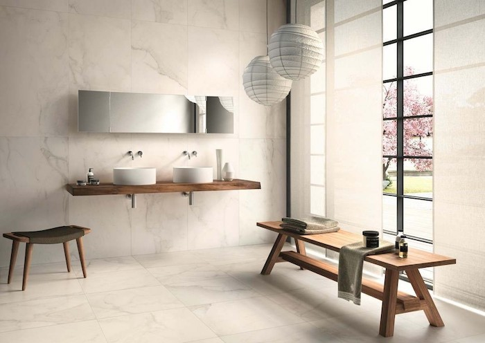 Banc en bois pour ranger les serviettes salle de bain marbre et bois, décorer sa salle de bain moderne
