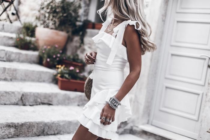 idée de tenue blanche pour femme bohème, modèle de robe courte avec bretelles et bustier à volants de style bohème