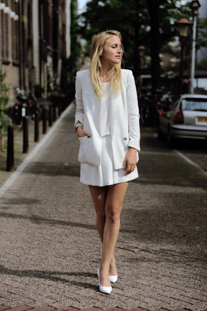 style vestimentaire femme avec vêtements blancs, look chic avec jupe courte et blazer combinés avec chaussures à talons