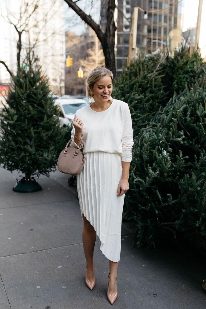 idée de tenue chic femme pour l'hiver en jupe asymétrique avec blouse blanche et chaussures haute de nuance nude