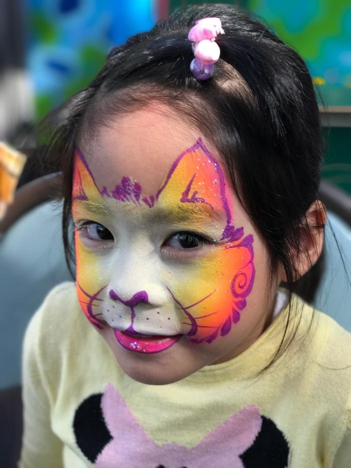 comment réaliser un masque de carnaval facile avec peinture pour visage enfant de couleurs orange et jaune