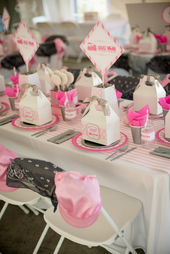 décoration de table fille en gris blanc et rose, exemple comment plier les serviettes d'anniversaire dans un goblet