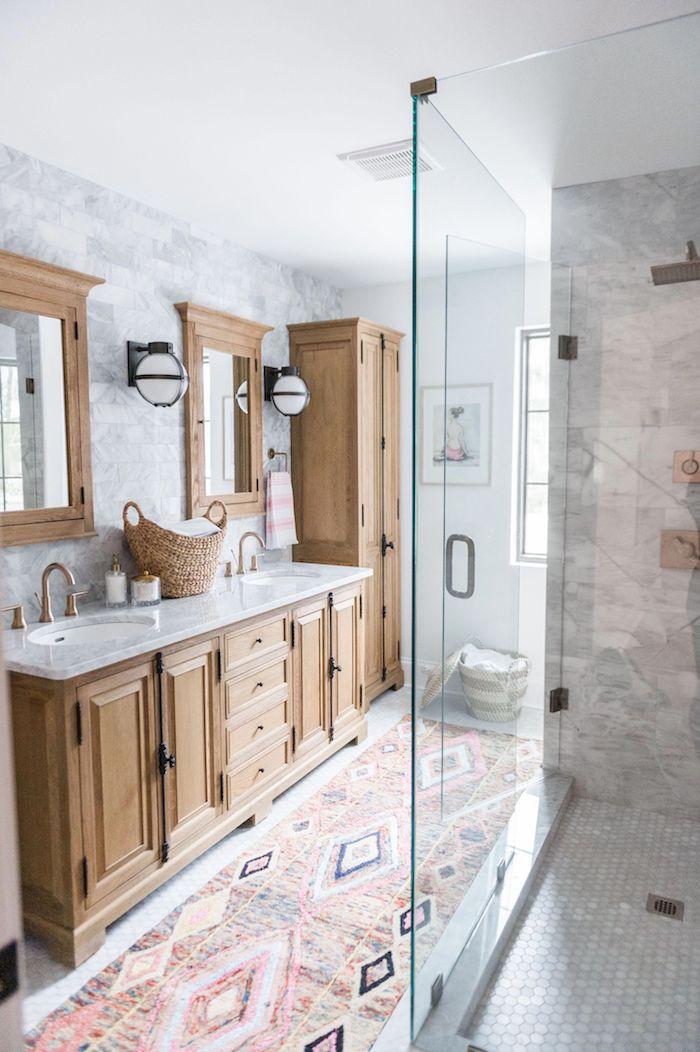 Bois commode avec deux lavabos, deux miroirs, salle de bain avec tapis long style oriental, inspiration salle de bain en marbre blanc