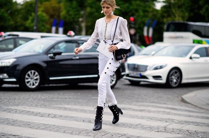 tenue classe femme en blanc et noir avec pantalon fit et chemise originale combinés avec bottes et sac en noir