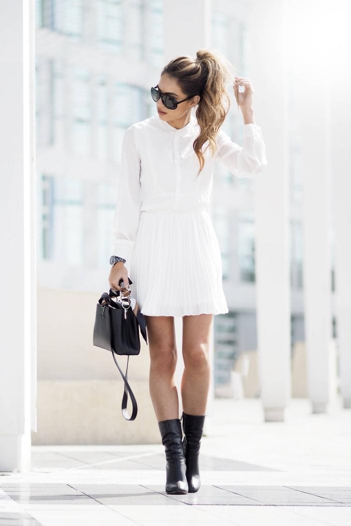 style vestimentaire femme au boulot en jupe courte et chemise blanche combinés avec sac à main et chaussures noires