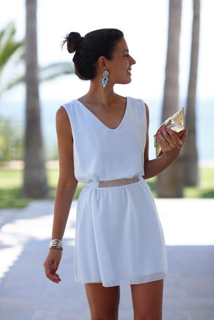 comment bien s'habiller pour une cérémonie en robe blanche femme courte avec ceinture dorée et bijoux en or