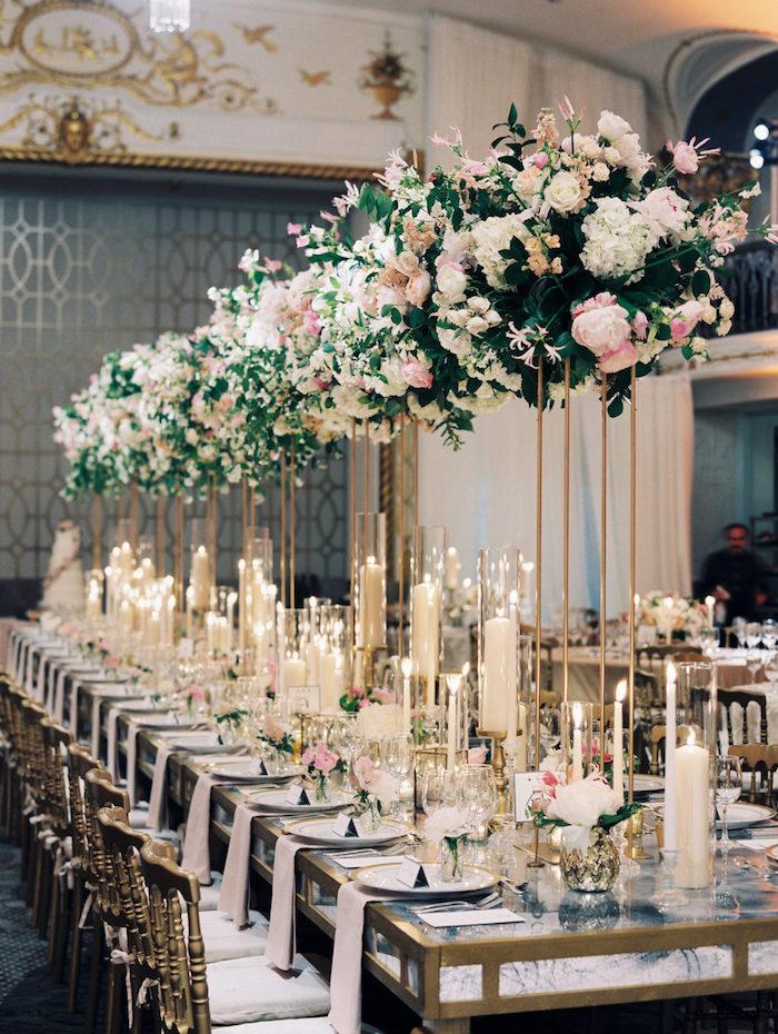 composition florale mariage en hauteur, centre de table en bougies, accents dorés, décoration table mariage originale