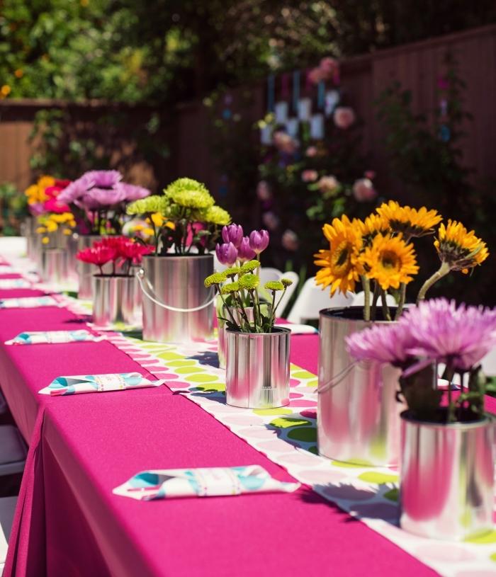 exemple comment décorer une table d'anniversaire en plein air avec bouquets de fleurs et serviettes pliées en poche