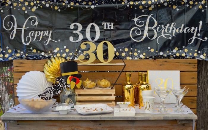 organiser un party inoubliable sur theme anniversaire 30 ans, déco fête en blanc et noir avec accents dorés et bois