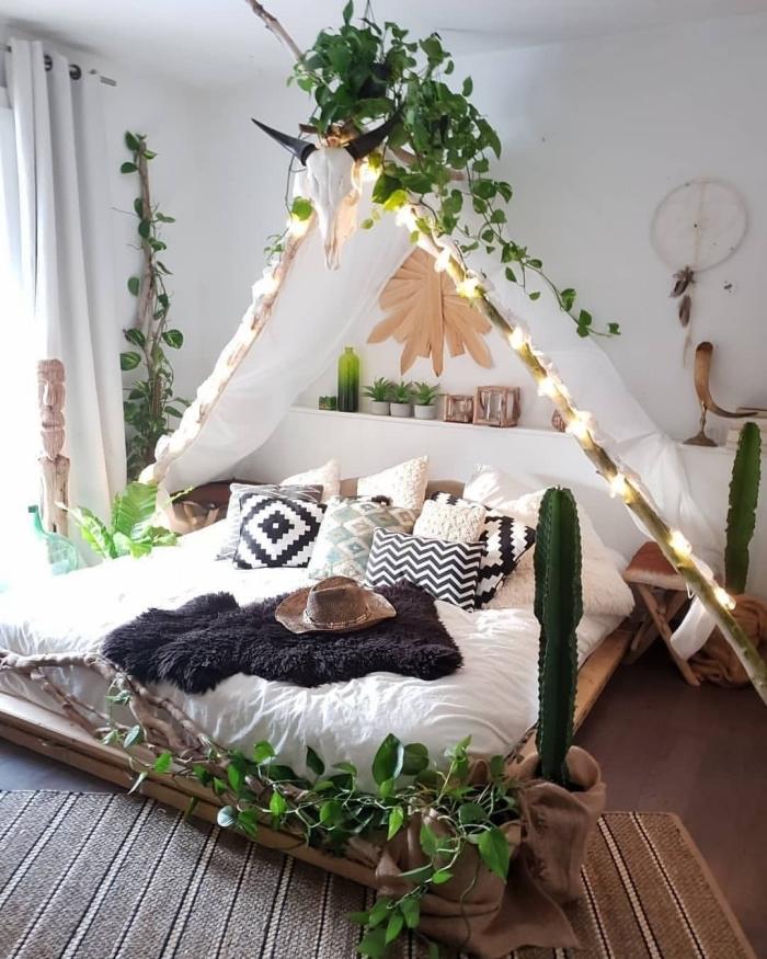 déco chambre cocooning avec éléments de style bohème chic, idée comment décorer un lit baldaquin avec rideaux et plantes