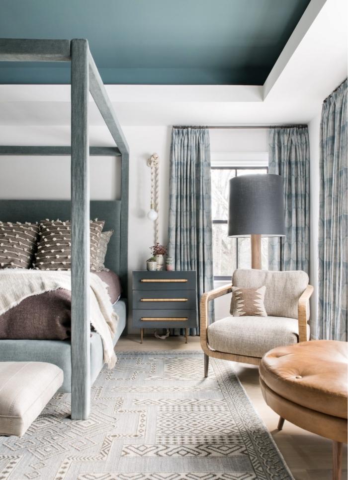 deco chambre adulte aux murs blancs et plafond en bleu aménagée avec meubles en bois vintage et cuir marron
